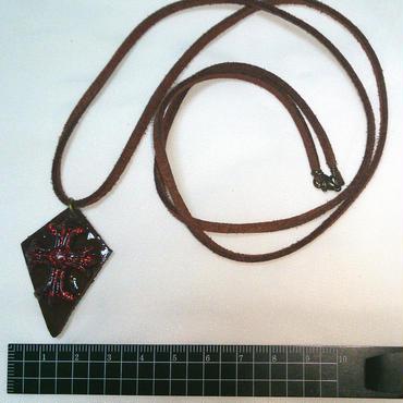 【送料無料】革と赤いクロスのペンダント