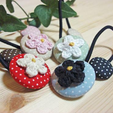 お花飾りのドット柄くるみボタンヘアゴム