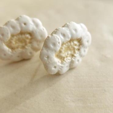 白い花のピアス(陶)
