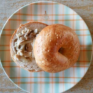 豚肉、レンコン、ごぼうの甘酢焼き・白ごまの生地