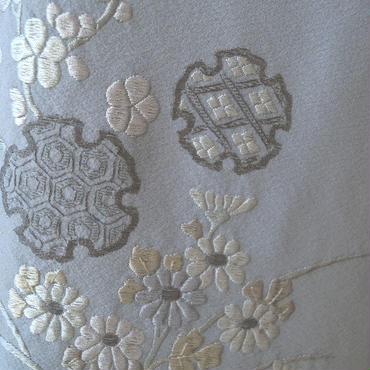 【袷】灰青色雪輪に四季花刺繍附け下げ