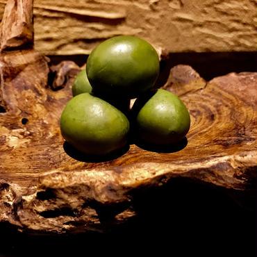 燻製の種付きオリーブ
