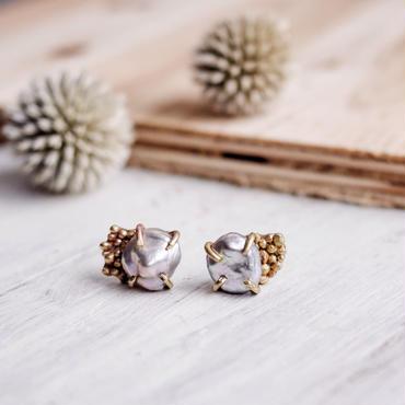Gray pearl×brass dot earring k14gf