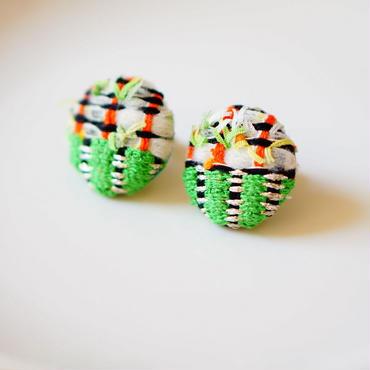手織り生地でカバー。コロンとした形が可愛いくるみピアス(イヤリングもあります)グリーンブラック
