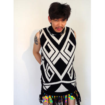 Geometric fringe dress < Black / White >