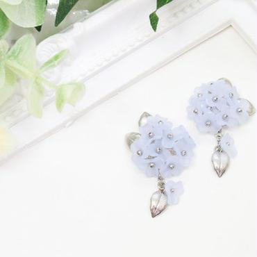 金属アレルギー対応*優しいブルーのお花ビーズが揺れるイヤリング(ピアスも可)y122