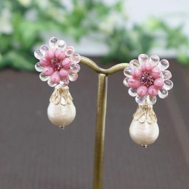 金属アレルギー対応*優しいピンクのお花ビーズとコットンパールが揺れるイヤリングy149