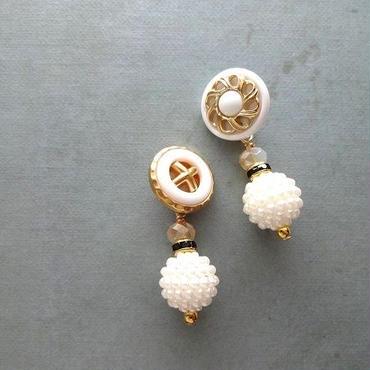 Vintageホワイトボタンパールボールピアス/イヤリング ①