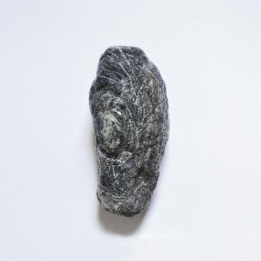 「西の丘にある廃墟の瓦礫にすっぽりはさまって、50年越しに取り出せた石。」ici / No.111, 澁木智宏, ウール100%