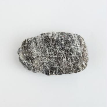 「約100年前、若い男が勢い良く井戸に投げ込んだ石。」ici / No.101, 澁木智宏, ウール100%
