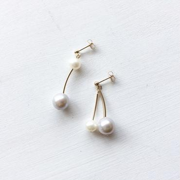 淡水真珠:white×gray pearl asymmetry pierce