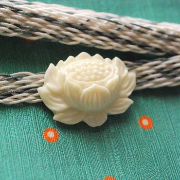 象牙色の蓮(ロータス)の帯留