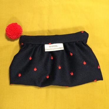 ウールりんご刺繍生地ギャザーポーチ