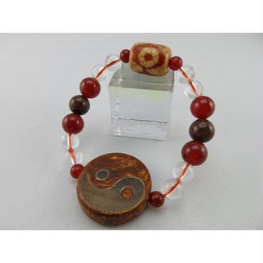 陰陽太極天珠と三眼天珠と赤瑪瑙と赤ルチルと水晶のブレスレット