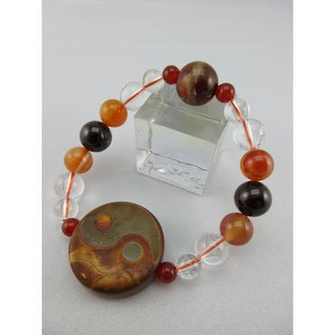 陰陽太極天珠と薬師珠と赤縞瑪瑙とガーネットと水晶と赤瑠璃のブレスレット