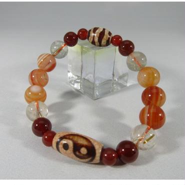 陰陽太極天珠と赤瑪瑙とサードオニクス(赤天眼石)と水紋天珠とルチルのブレスレット