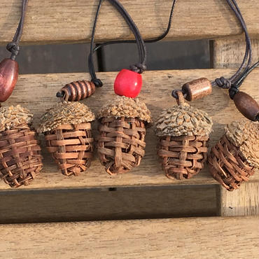 どんぐりの根付(山葡萄蔓で編んだ自然素材の手づくり雑貨・ストラップ付)