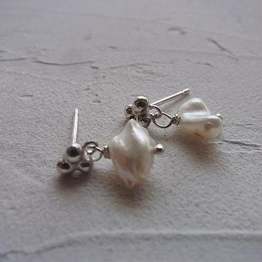 小さなpierced earrings・・・パール