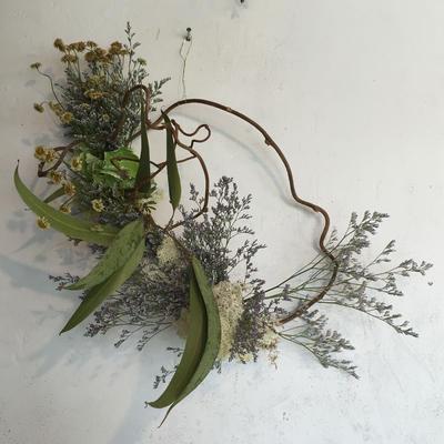 マトリカリアとブルーウェーブの枝みせリース