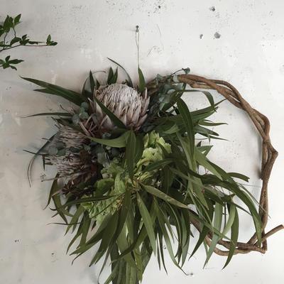 キングプロテアとアジサイ、ユーカリの枝みせリース