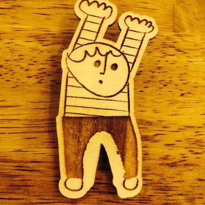 木のブローチ/少年