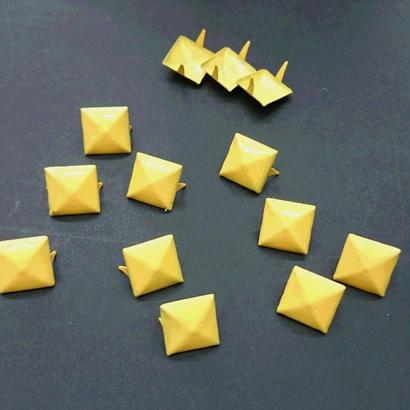 スタッズ ピラミッド型