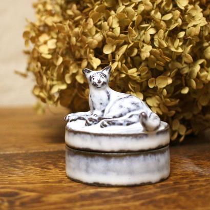 【受注制作】寝ころび猫のミニミニオブジェの宝物入れ
