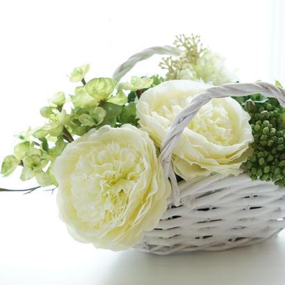 ホワイトグリーンたっぷりな花かご