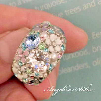 パステルミックスのスワロフスキーと、色とりどりのお花が大人可愛い指輪/スワロフスキーボリュームリング