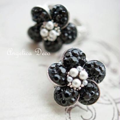 黒のお花のピアス/スワロフスキーのフラワー立体モチーフ揺れるタイプのフックピアス/スタッドピアス