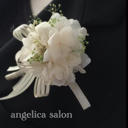 春を装う プリザーブドフラワーホワイトコサージュ/卒業式・入学式・結婚式/紫陽花・カスミソウ/ シンプル