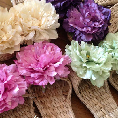 ピンクの新色登場!コサージュの様な大きなお花がエレガントで、さらっとしたルームシューズ、お花付スリッパ