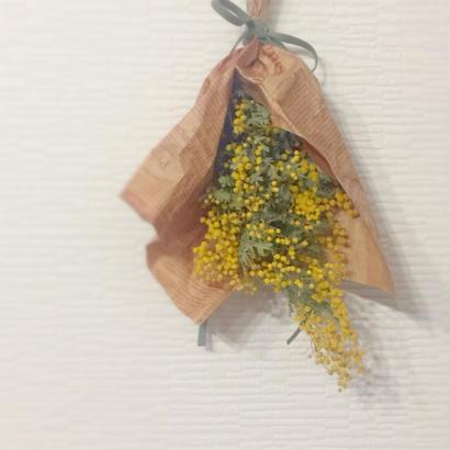 春を呼ぶミモザのスワッグ /小さな壁飾り/革ひも風リボン仕上げ