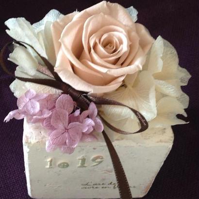 大人ピンク、ヌードピンクのバラ。1輪のオサレなプリザーブドフラワーアレンジ