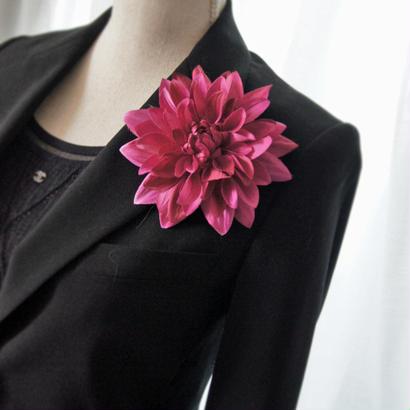 フューシャピンクのダリアのコサージュ。髪飾り。クリップ2WAY/結婚式  大人コーデ/ビジネスパーティに