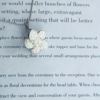 ホワイトオパール大人女子に人気・白いお花モチーフ・黒石お花のモチーフ/スワロフスキーのチャーム/ペンダント・チェーン付・色違いも