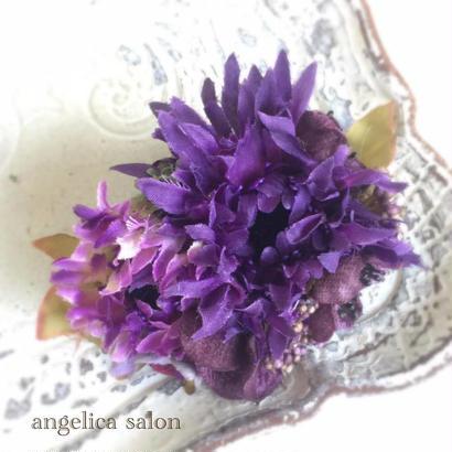 パープルのダリアのコサージュ/こっくりした紫が40代のコーデにもおススメ/ウエディングの髪飾りにも。ブローチ/クリップ2WAY/アンティーク調