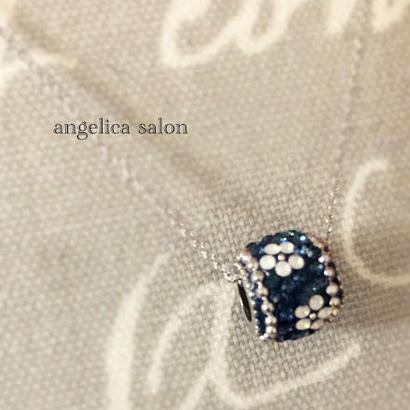 お誕生日に、上品なネイビーに白いお花のロンデルMサイズ。スワロフスキーペンダント お花模様 ・誕生日・ブルーアクセサリー