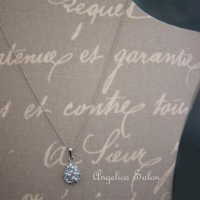 お誕生日・女性に人気の贈り物・アンティークブルーのしずくネックレストップ。スワロフスキークリスタルのペンダント。あじさいの様な水色