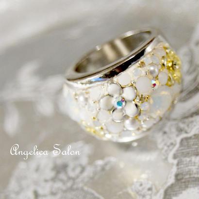 ホワイトリング。NEW! 希少カラー・スワロフスキーホワイトチョークと白いお花のスワロフスキーボリュームリング