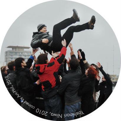 ルーマニアで社会主義者を胴上げする―丹羽良徳 特製バッジ L/Tossing Socialists in the Air in Romania-Yoshinori Niwa Special Badge