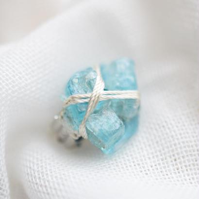 青い石の耳飾り「I」