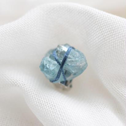 青い石の耳飾り「B」