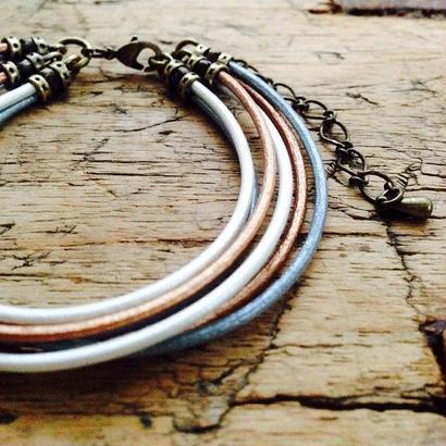 3色の革丸紐ブレスレット