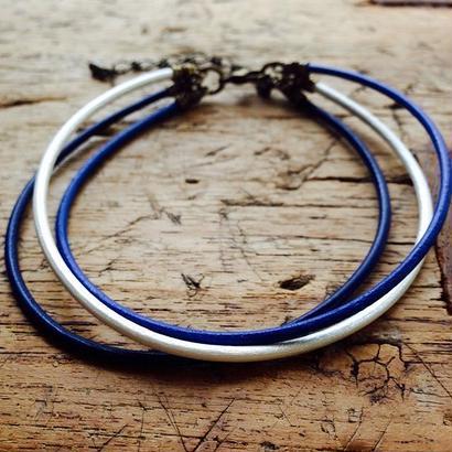 BLUEの革丸紐のアンクレット