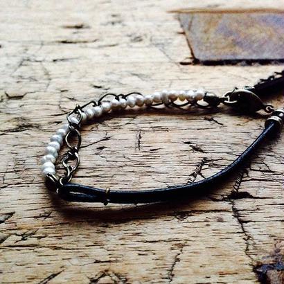パールと革丸紐とチェーンのブレスレット