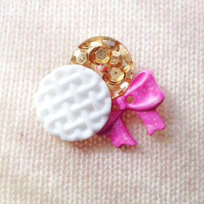 Button broach ボタンブローチ/金スパンコール×白編み目×ピンクリボン