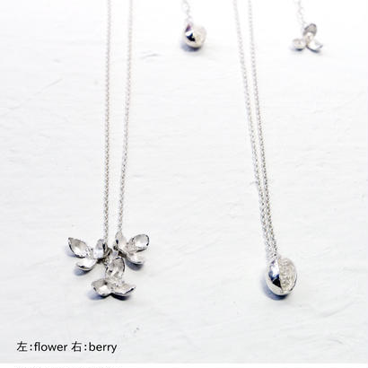 """""""akebia necklace"""" wh  flower/berry small"""