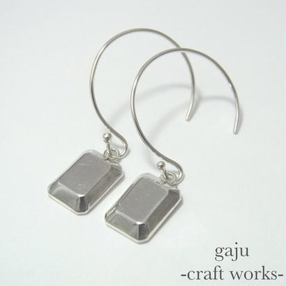cut stone pierced earrings / square cut