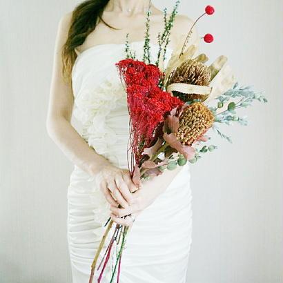 『大人っぽいクラッチブーケ red point 1065』個性的なブーケで、印象的な花嫁姿に